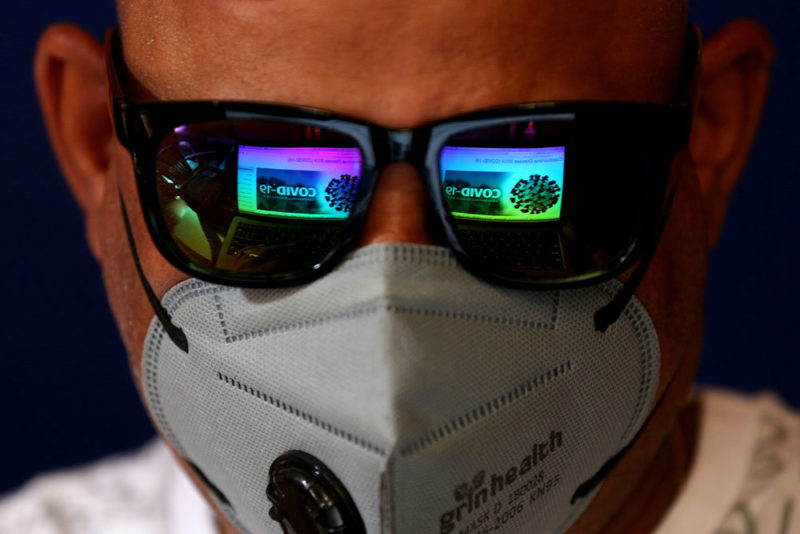 человек в маске и очках